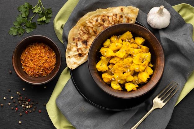 Vista superior de especias y comida india