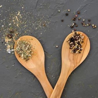 Vista superior de especias y hierbas en cucharas de madera