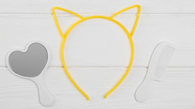 Vista superior del espejo y peine con orejas de gato para baby shower
