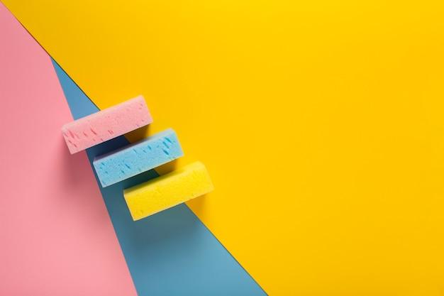 Vista superior de esponjas coloridas con espacio de copia