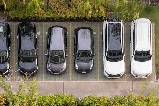 Vista superior del estacionamiento en el condominio con árboles verdes