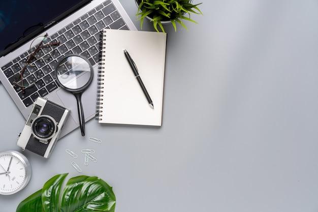 Vista superior estacionaria gris y blanca para concepto creativo y empresarial