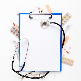 Vista superior estetoscopio con tabletas medicinales