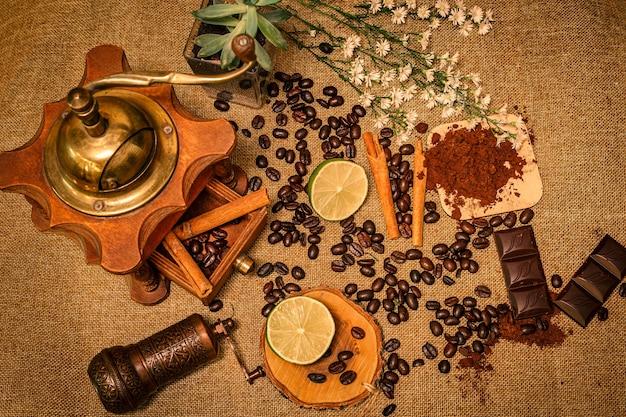 Vista superior de estilo retro de granos de café con flor natural de chocolate lima y maceta