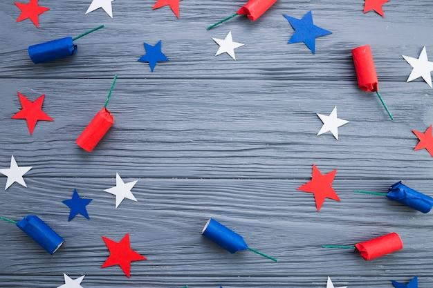 Vista superior de estrellas americanas y petardos.
