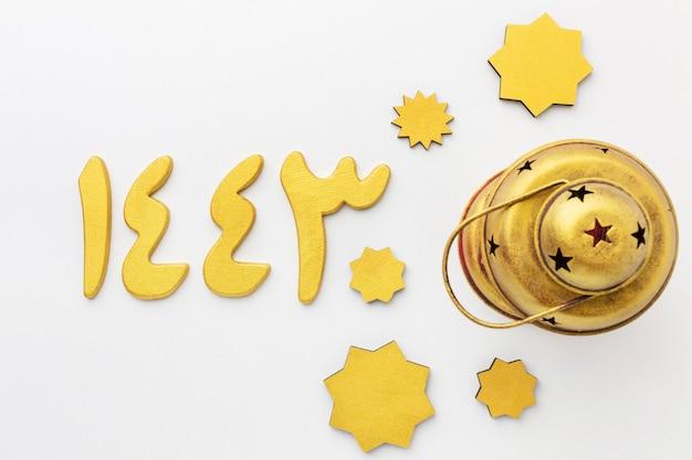 Vista superior de estrellas decorativas de año nuevo islámico con lámpara