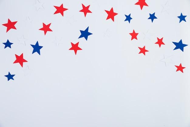 Vista superior de estrellas rojas, azules, blancas.