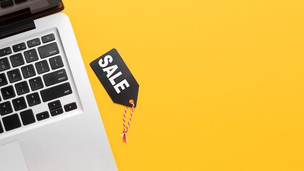 Vista superior de la etiqueta de venta y portátil