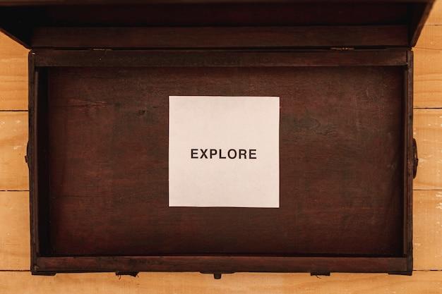 Vista superior explorar mensaje en hoja de papel