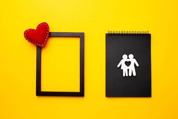 Vista superior de la familia de corte de papel con marco y corazón