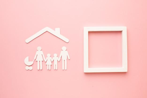 Vista superior de la familia de corte de papel con marco