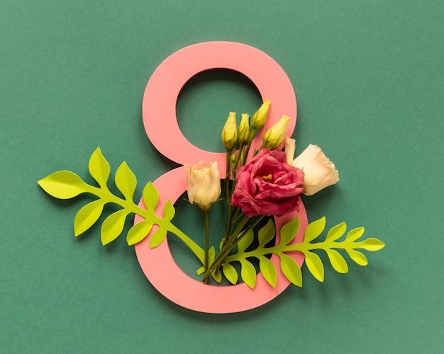 Vista superior de la fecha con arreglo floral para el día de la mujer.