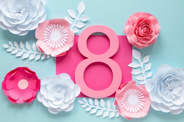 Vista superior de la fecha con flores para el día de la mujer.
