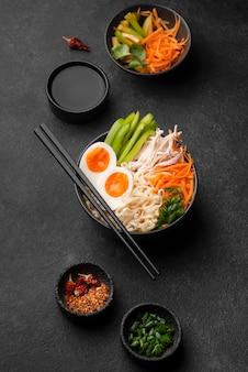 Vista superior de fideos asiáticos tradicionales con huevos