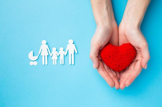 Vista superior figura familiar con concepto de corazón