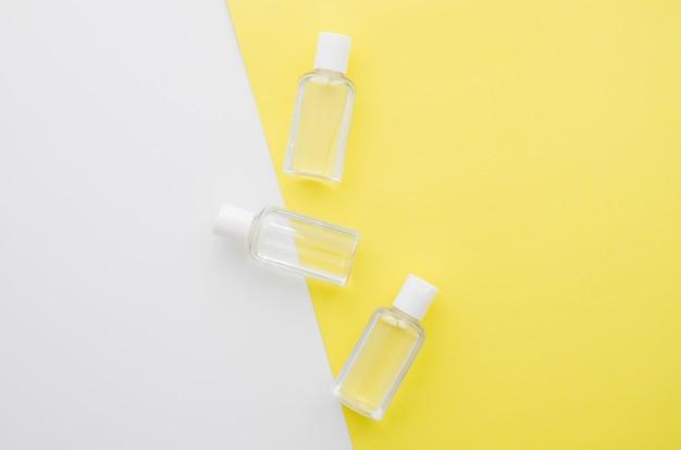 Vista superior fila de botellas de plástico