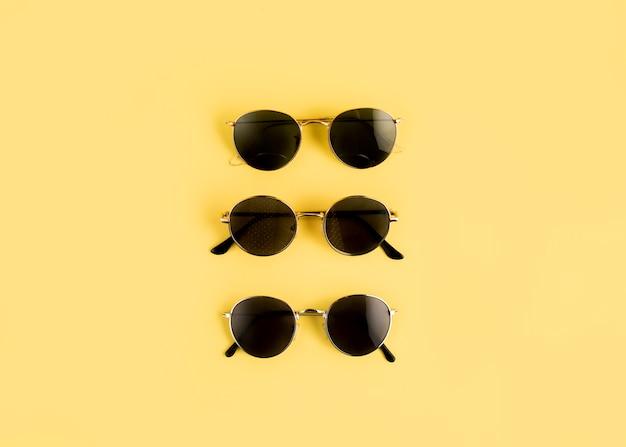 Vista superior fila de gafas de sol