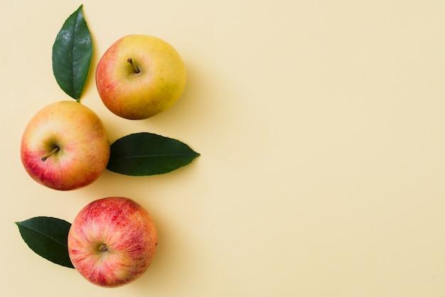 Vista superior fila de manzanas