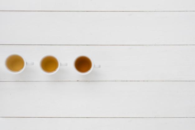 Vista superior fila de tazas de café