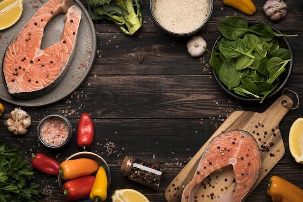 Vista superior filete de salmón crudo e ingredientes