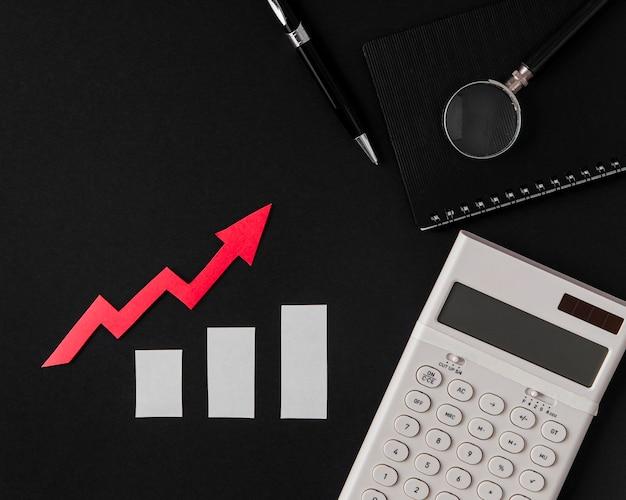 Vista superior de la flecha de crecimiento con calculadora