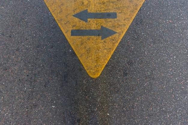 Vista superior de flechas de asfalto en la calle