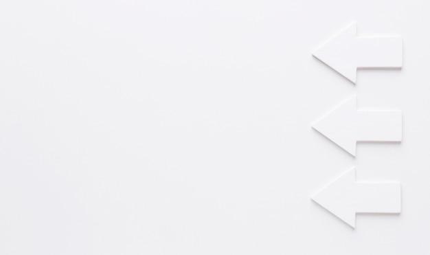Vista superior de flechas blancas con espacio de copia