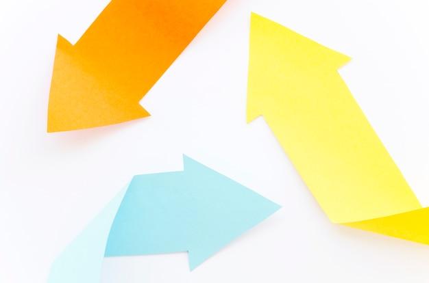 Vista superior de flechas multicolores