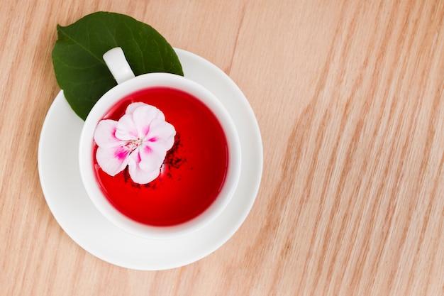 Vista superior flor en taza de té