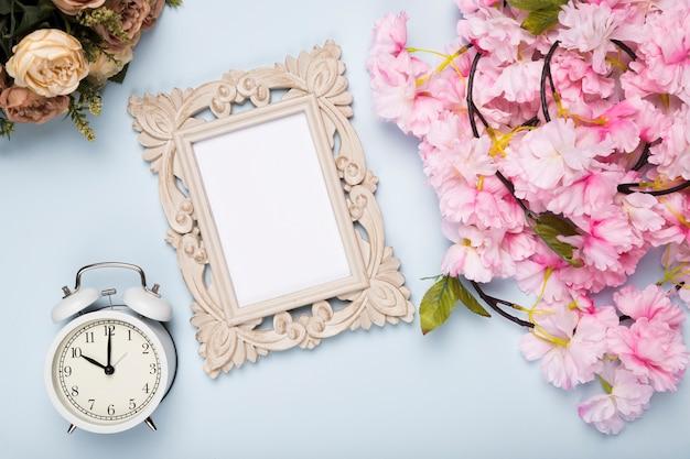 Vista superior flores al lado del reloj y el marco