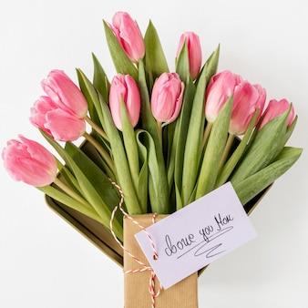 Vista superior de flores y arreglo de tarjetas