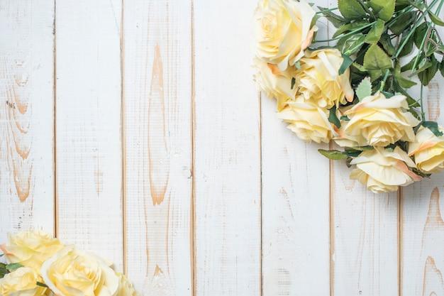 Vista superior de flores de boda sobre fondo de madera blanca