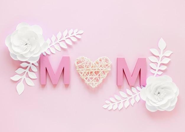 Vista superior de flores y letras m