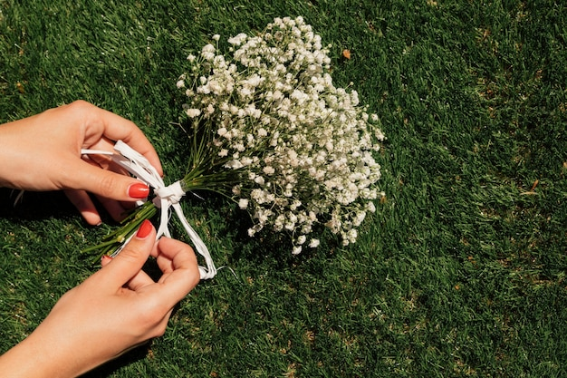 Vista superior flores con manos