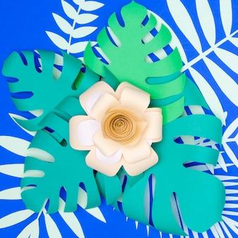 Vista superior de flores de papel y hojas