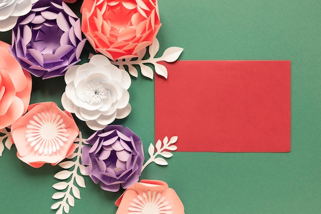 Vista superior de flores de papel con tarjeta para el día de la mujer.