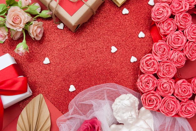Vista superior de flores y regalos. . fondo de brillo rojo del día de san valentín