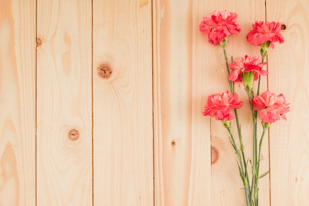 Vista superior flores sobre fondo de madera con copy space