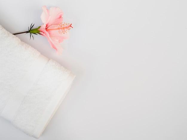 Vista superior de flores y toalla con espacio de copia.