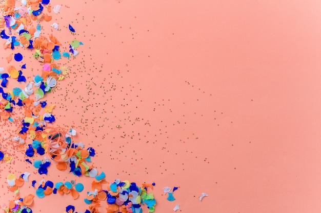 Vista superior del fondo colorido confeti fiesta