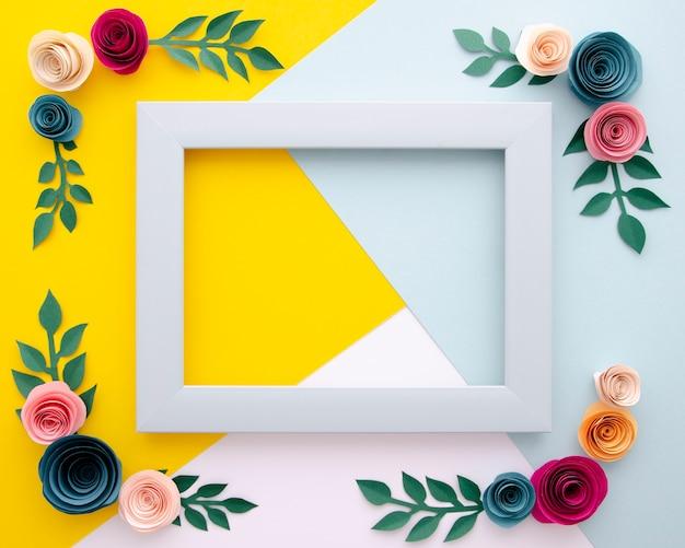Vista superior de fondo multicolor con marco floral