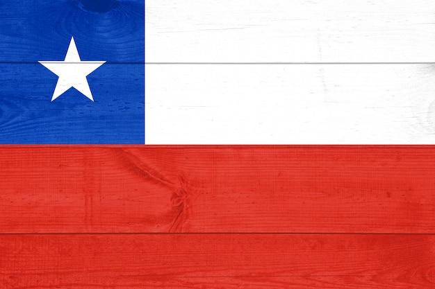 Vista superior de fondo de textura de mesa de madera vieja con una bandera nacional de chile.