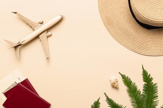 Vista superior del fondo del viajero en arena tropical, conchas y avión. fondo para viaje de viaje de vacaciones de verano con sombras de palmeras. endecha plana, espacio de copia