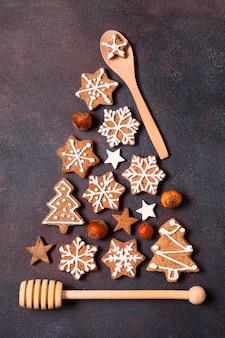Vista superior de la forma del árbol de navidad hecha de galletas de jengibre y utensilios de cocina