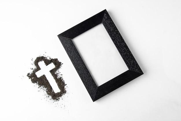 Vista superior de forma de cruz con marco de imagen en blanco