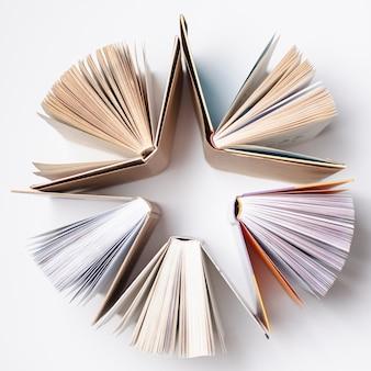 Vista superior en forma de estrella formada por libros