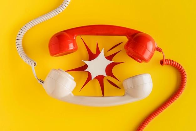 Vista superior de la forma de papel de receptores de teléfono vintage