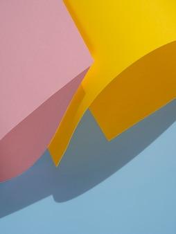 Vista superior de formas abstractas de papel con sombra