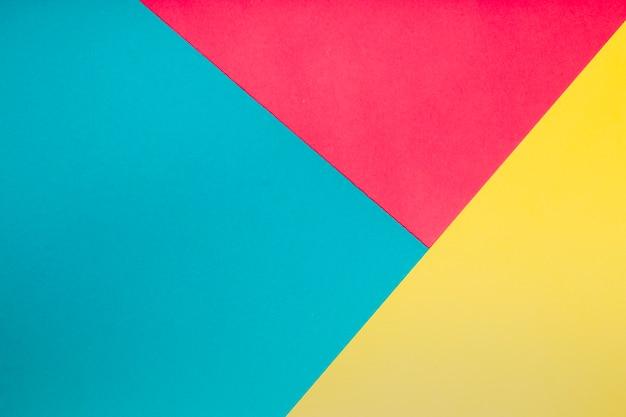 Vista superior de formas geométricas en diferentes colores.