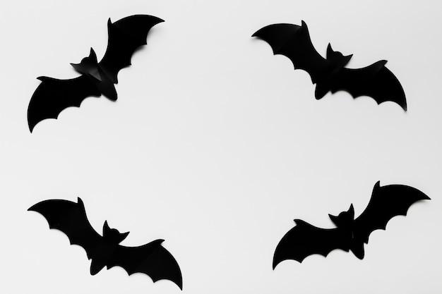Vista superior de formas de murciélago con espacio de copia